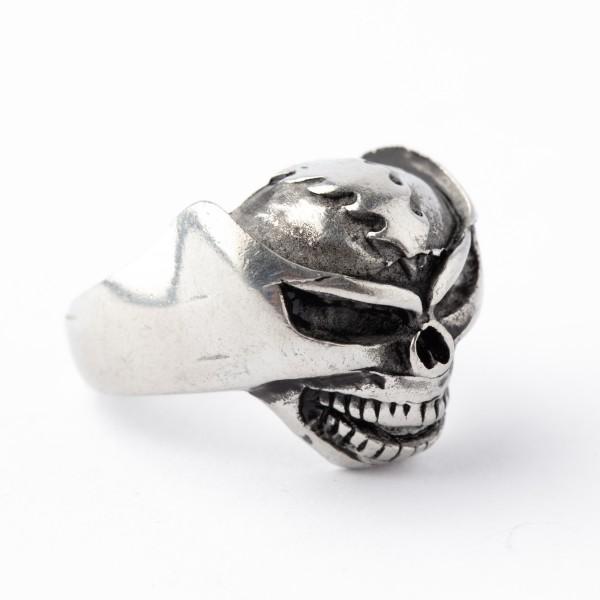 Ring im Totenkopf Design