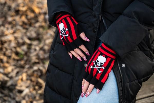 Gestreifte Handschuhe Schwarz Rot mit Jolly Roger Skull