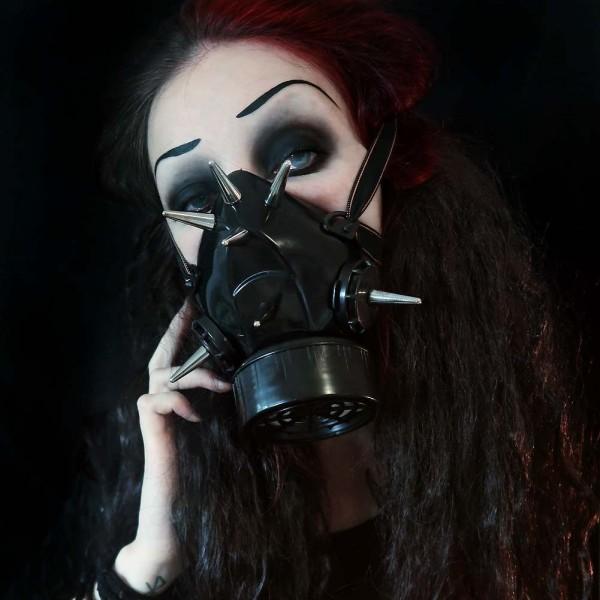 Gasmaske mit Metall Spikes