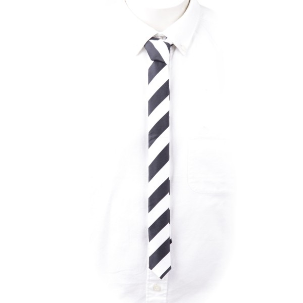 Schmale Krawatte schwarz weiß gestreift