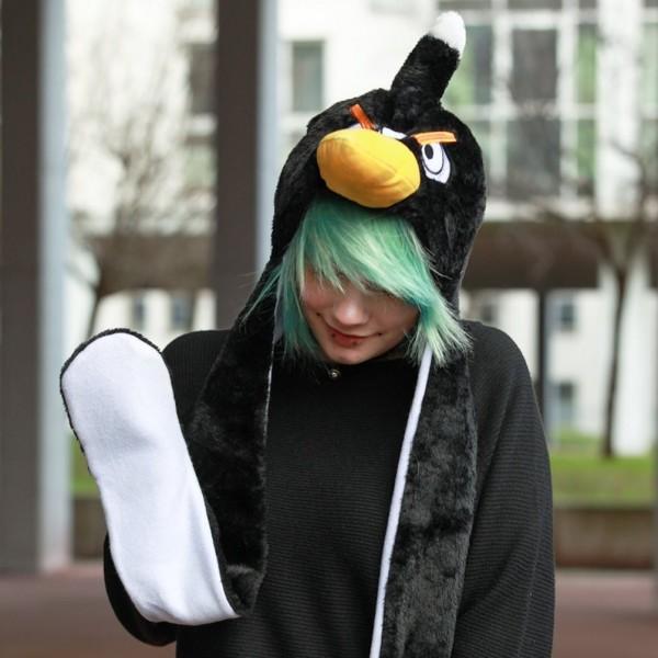 Schwarzer Vogel als Wintermütze