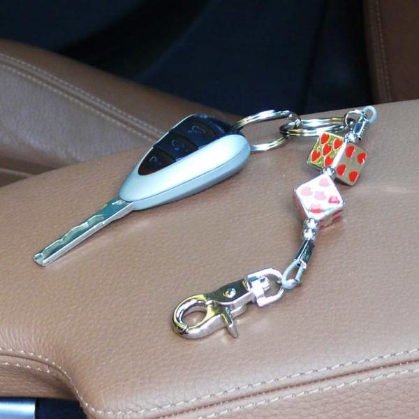 Schlüsselanhänger silberfarbene Würfel mit Roten Herzen